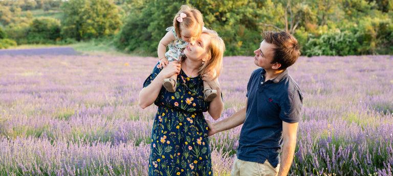 séance photo de famille dans les lavandes du Luberon